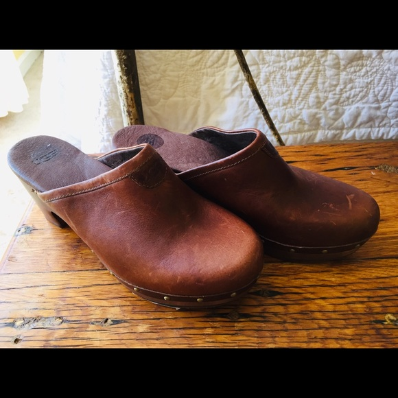 615c72ae884 UGG Rich Leather Clogs